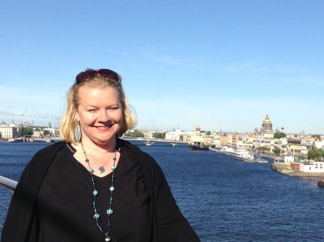 Claudia vor St. Petersburg lächelnd Kopie