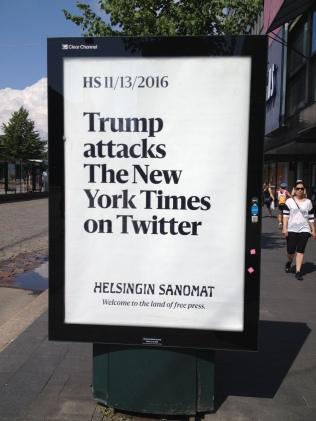 Die größte finnische Tageszeitung plazierte Plakate auf dem Weg, den Trump und Putin zum Gipfeltriffen fuhren