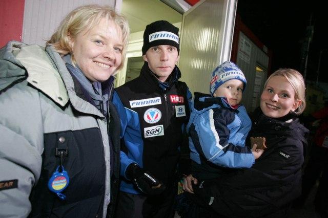 Janne Ahonen mit Familie und Claudia Pramhofer